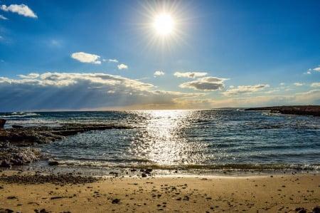 夏・太陽・日焼け止めのイメージ画像